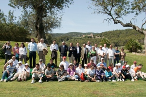 Autoridades junto a los niños y padres de la Escuela de golf Adaptado de Arabella