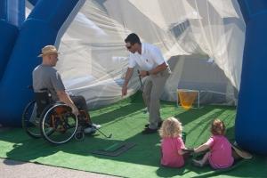 iniciacion al golf en el stand de la federacion balear
