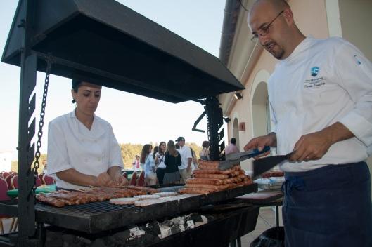 Carlos y Bárbara, del restaurante Son Muntaner, preparando la barbacoa