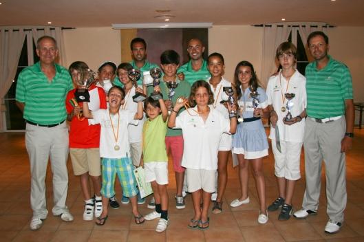 """Los ganadores del torneo """"Junior Academy"""", con los Pros de la Academia"""
