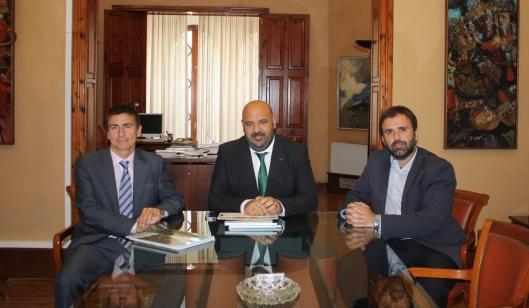 El Conseller de Turismo, Jaime Martínez, con Francisco Via y Bernat Llobera